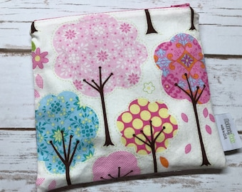 Reusable Snack Bag ~ Reusable Sandwich Bag ~ Reusable Lunch Bag ~ Eco Friendly ~ Zipper Pouch in Pretty Little Things Trees Cream