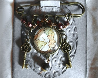 Brooch The traveler wtih the Italy map by Pikeros