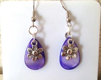 Boucles d'oreilles avec perle en nacre et petite fleur pour oreilles percées