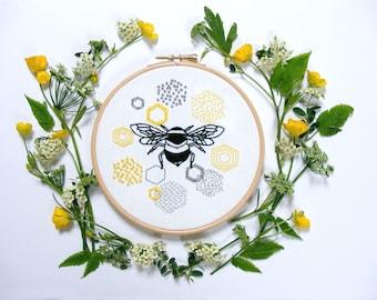 Kit de broderie abeille et nid d'abeille. Broderie moderne. Art mural. Kit de débutant. Tutorial.Summer projet de couture. Kit de travail à l'aiguille. Art du cerceau abeille.