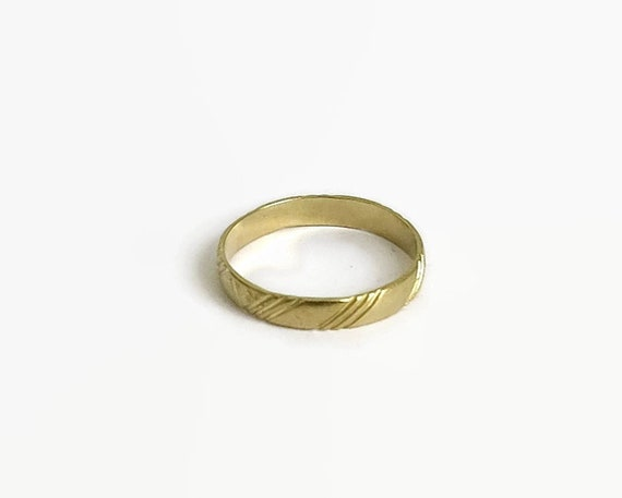 Vintage 9 carat gold wedding band with diagonal grooves, small size, J.5 / 5