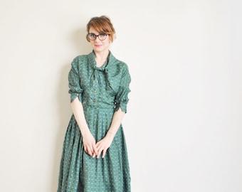 Smaragd grüner Seide hemdblusenkleid. 1950er Jahre Hals binden Medaillon Druck Kleid .....kleine