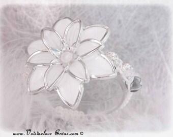 Bracelet woven large white flower