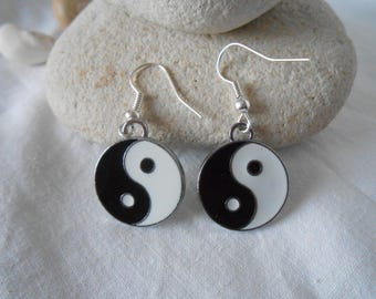 BO 400 - YIN and YANG black and white disc earrings