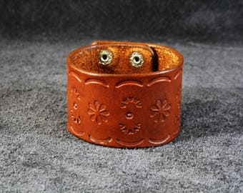 FREE SHIPPING! Handmade bracelet with ornament from brown vegetable tanned leather