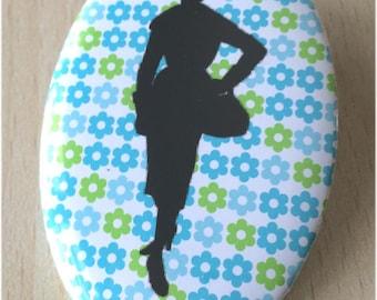 badge / brooch vintage silhouette fashion 30