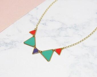 Collier géométrique triangles émaillés en laiton couleur corail et turquoise
