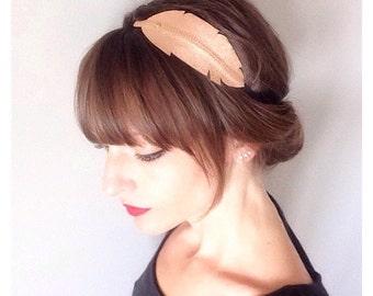 """head-band """"plume"""" or rose métallisé  en cuir monté sur élastique"""