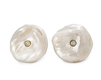 Silver Earring 925 of Baroque pearls that enclose a small bright.
