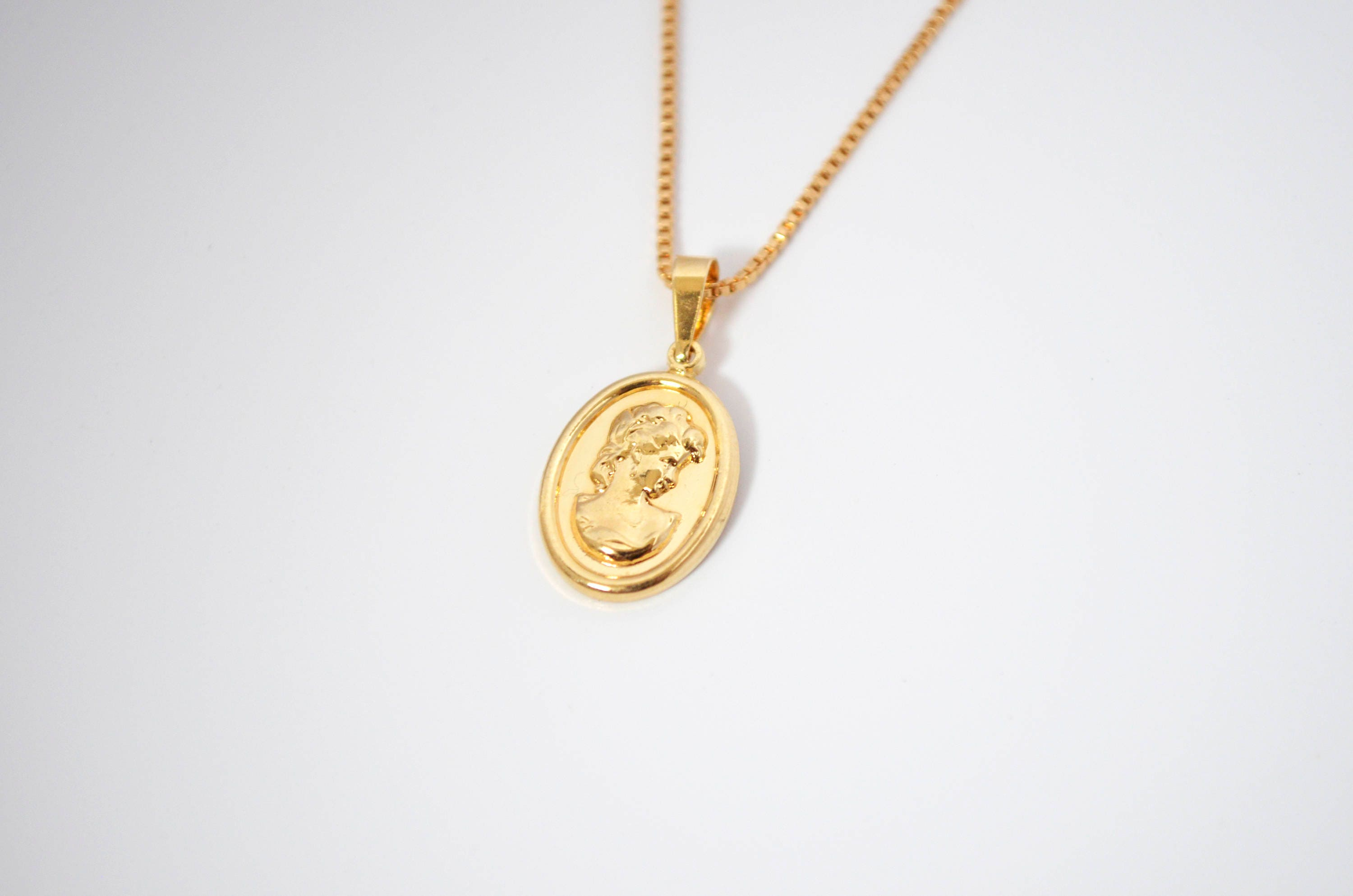 in diamond medallion white pendant tw gold