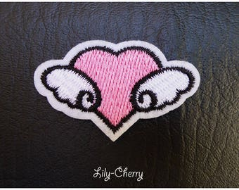 Embroidered patch fusible small winged heart x 1