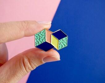 """Pin's motifs géométriques et colorés """"Barcelona"""", broche, 2,9 cm x 2,1 cm - 4 couleurs + finition or"""