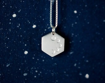 Moon phase charm. Sterling moon phase necklace. Crescent MOON. Minimalist. Geometric. Ready to ship. Zilveren maanstanden ketting. Zeshoek.