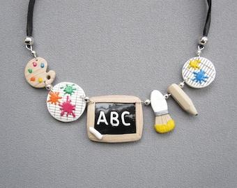 Cadeau maîtresse, collier coloré thème école, bijou fait main en pâte polymère fimo, collier maîtresse original et amusant, ardoise, palette