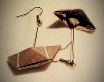 Small origami boats earrings beige