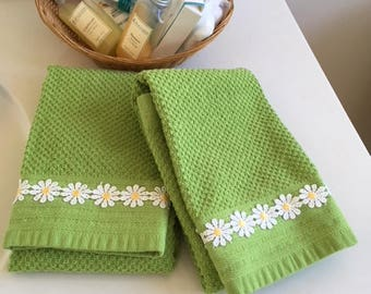 Hand towels//kitchen towels//Lime Green Towels//White and Yellow Daisies