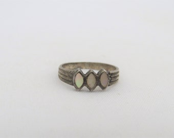 Vintage Sterling Silver Inlay Mother of Pearl Ring Size 5