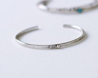Manchette Bracelet manchette en argent Sterling, moderne rustique argent Bracelet manchette, Bracelet d'inspiration Nature, feuille et bourgeon de feuille
