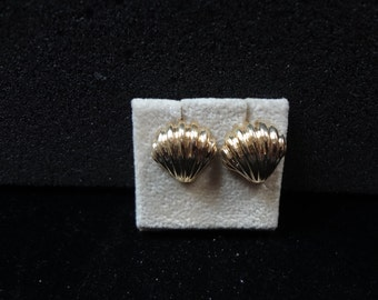 a1110 Vintage Beautiful 14k Yellow Gold Pierced Shell Earrings