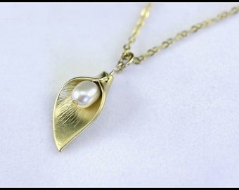 Mother's day gift, Calla lily necklace, gold pearl calla lily necklace, flower necklace, Bridal Jewelry, Mother Necklace