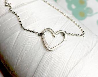 Sterling Silber - Herz seitlich Halskette / einfache minimale Kette / Herz Kette / Halskette gehämmert / Schichtung Kette / Herz Anhänger