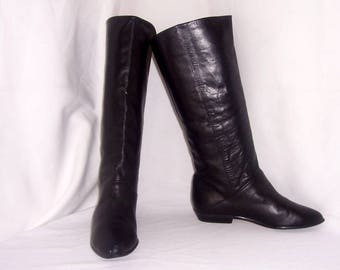 Sz 7M Vintage tall black leather 1980s women flat pirate slouch boots.