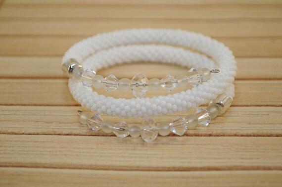 Weißes Armband gestrickt gehäkelt aus der tschechischen Perlen