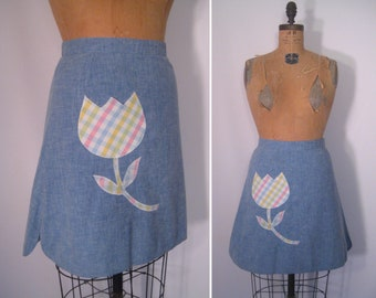 1970s chambray skirt with pastel plaid tulip appliqué • 70s faded denim blue patch pocket skirt • vintage high waisted summer skirt