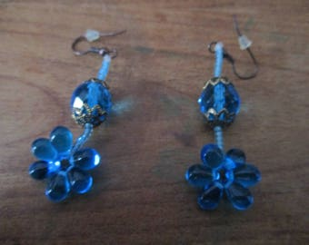 Flower blue earings with big glass paerls.