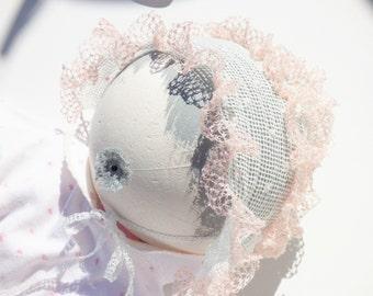 White summer lacy bonnet, polkadot babygirl bonnet, ligthweight frilly baby bonnet, ruffled baby bonnet, vintage style baby bonnet