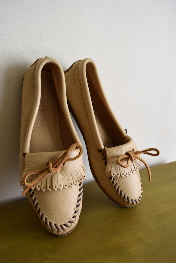Butter Creme Vintage Minnetonka Leather Moccasin Shoes - Womens Size 8.5 / Native American / Natural / Boho / Tribal