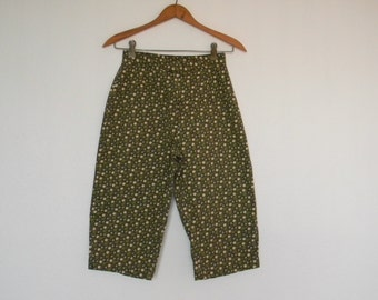 FREE usa SHIPPING Vintage floral pedal pushers pants clam diggers classic rise knee length cropped pants/ shorts pants/ calico fabric size 4