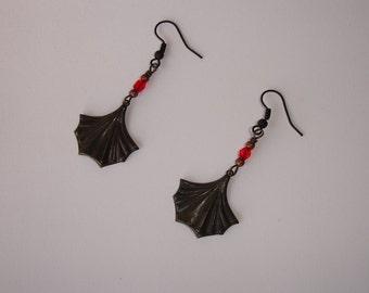 Boucles d'oreilles forme feuille patinées noires et perles en verre rouge