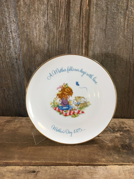 Beautiful vintage Mothers Day plate from 1975, A Mother fills our days with love, Gigi Commemorative edition,  Mothers Day gift 1975