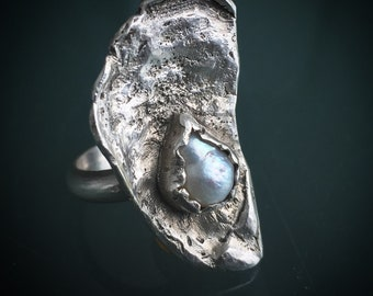 The world is your oyster ring (size 6)
