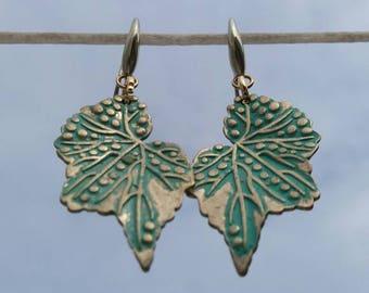 Goldene und grüne Ohrringe