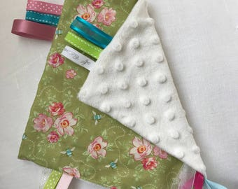 Doudou labels small flowers and bees cotton/Minky dot 20 x 20
