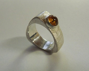 Dreieckigrunder Ring with Amber