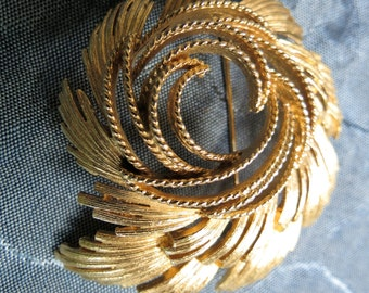 Wonderful Lisner Large Gold Tone Pin Brooch