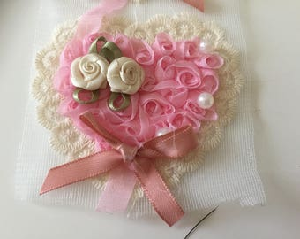 Small heart in relief to customize 8 * 7 cm beige and pink