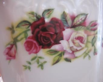 Very Pretty// Vintage Roses// Tea// Sweetener// Porcelaine Caddy// Delightful Set!