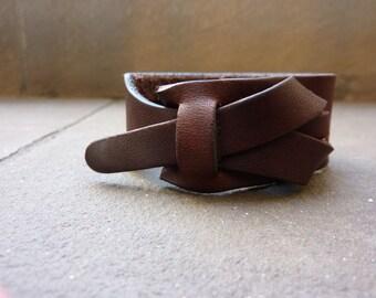 leather cuff in testa di moro