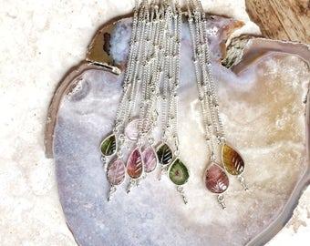 Collier de tourmaline de feuille - main naturelle unique sculpté feuille pierre tourmaline sur une chaîne ajustable en argent sterling