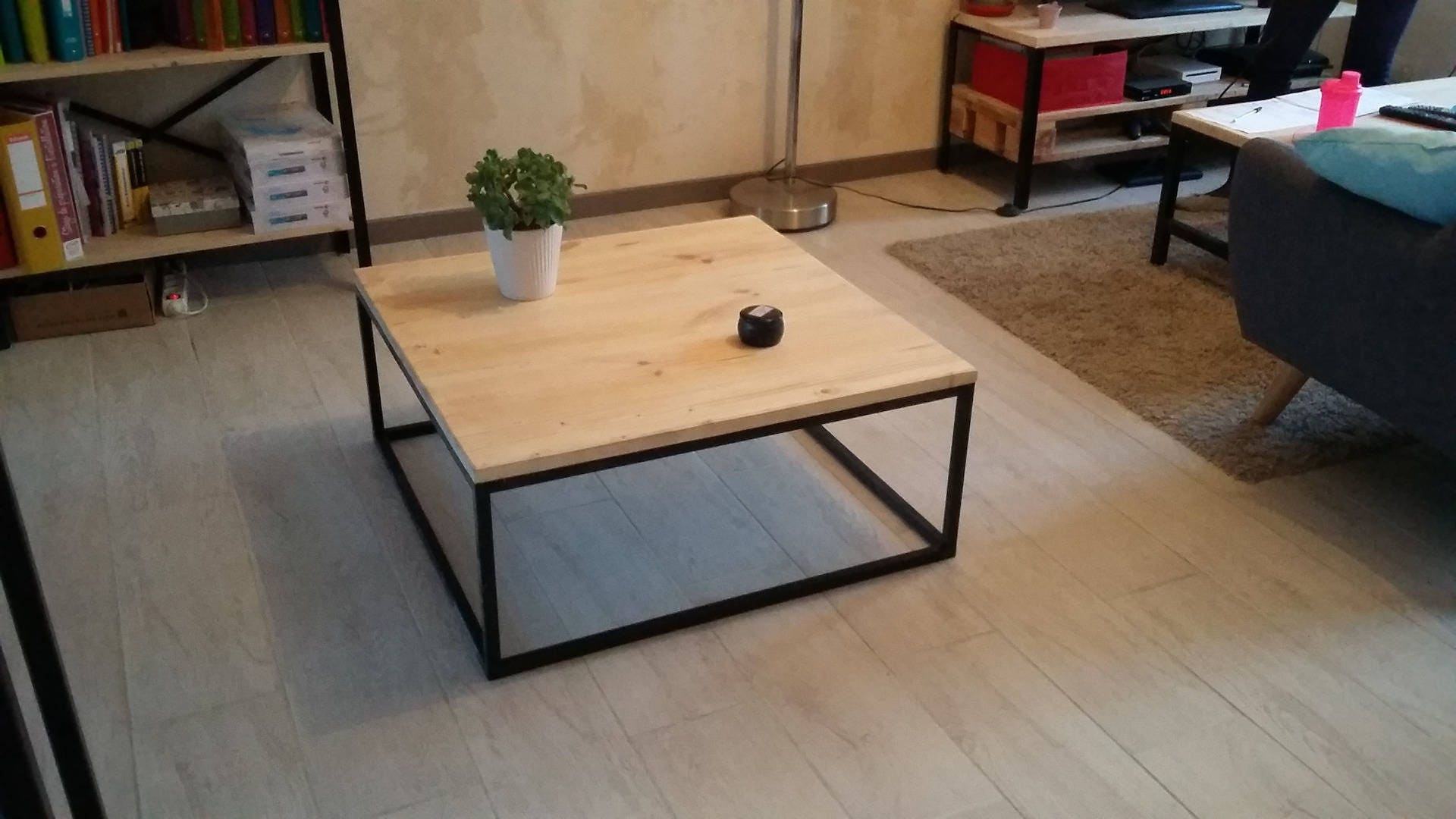 table basse carr e style industriel fer et bois. Black Bedroom Furniture Sets. Home Design Ideas