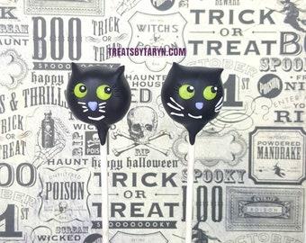Cat cake pops. Halloween cat cake pop. halloween cake pops. Halloween cake pop. Halloween treat. Halloween goodies. Halloween party.