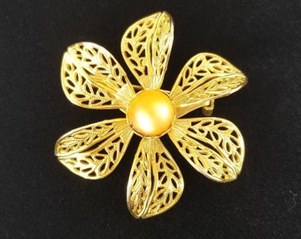 Vintage Gold Filigree Flower Brooch 1950s with Lucite Mid Century Estate Jewelry
