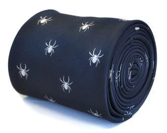 corbata azul marino con diseño de araña bordada con diseño floral de la firma en la parte trasera de Frederick Thomas FT2119