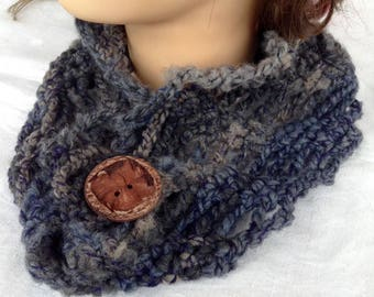 Neck in wool blended from beige to blue, black, made of crochet with wood-type button
