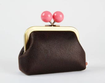 Metal frame coin purse with color bobble - Soft dark brown - Color dad in faux leather / Pink lining fabric / Chocolate brown