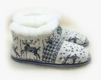 Slippers of sheepskin with deer